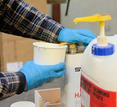 Anmischen von Epoxidharz - zugeben von Härter.