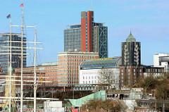 Blick zum Hotel Hafen Hamburg an den St. Pauli Landungsbrücken - lks die Masten der historischen Dreimastbark Rickmer Rickmers.