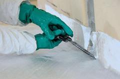 Beschneiden von überstehendem Glasfasergewebe mit einer Schere.