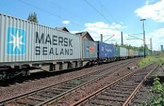 Containerzug auf der Güterbahnstrecke in Hamburg Wilhelmsburg.