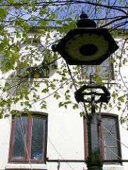 Alte Strassenlaterne - historische Terrassenhäuser in der Talstrasse 69 - Der umstrittene Abriss der Terrassenhäuser in der Talstrasse 69 begann 2002; ab 2004 war die Vernichtung des historischen Wohnraums abgeschlossen und die Neubebauung des Ge