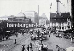Altes Altonamotiv - Blick in die Grosse Elbstrasse, Altonaer Fischmarkt. Der Fischmarkt ist beendet - die Händler räumen ihre Stände zusammen; lks. die Fischauktionshalle, im Hintergrund Industriearchitektur in der Grossen Elbstrasse.