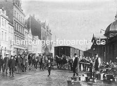 Altes Foto von der Altonaer Hafenbahn - Waggons auf den Gleisen. Rechts die Altonaer Fischauktionshalle - Handkarren und Pferdewagen stehen auf der gepflasterten Strasse.