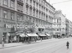 Altes Bild von der Strasse Steindamm in Hamburg St. Georg - Geschäfte mit Markisen, Aufschrift Pixiebuch; Werbung für Patzenhofer Bier, Cafe / Tanz - Variete.
