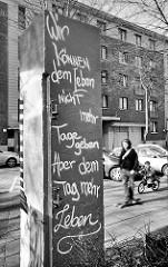 Aufschrift an der Talstrasse beim Eingang zum Hamburger Leuchtfeuer Hospiz: Wir können dem Leben nicht mehr Tage geben. Aber dem Tag mehr Leben. (Cicely Saunders, Arztin, Sozialarbeiterin und Krankenschwester)