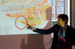 Der Hamburger Oberbaudirektor Jörn Walter beschreibt die Bebauung vom Strandkai im Hamburger Stadtteil Hafencity.