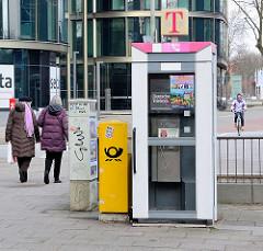 Telefonzelle der Telekom - öffentlicher Fernsprecher mit Tür.