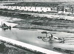 Ausbaggern des Grieswärder Hafenbeckens in Hamburg Waltershof - Kettenbagger baggern das neue Hafenbecken aus. Die neuen Hafenbecken haben eine Tiefe von ca. 11m.