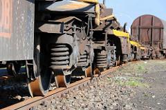 Räder / Federn, Federung eines Güterwaggons in Hamburg Wilhelmsburg, Rangierbahnhof Hohe Schaar.