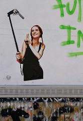 Graffiti in der Simon von Utrecht - Selfiestange mit Revolver.