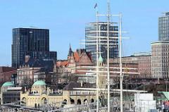 St. Pauli Landungsbrücken an Elbe - Bilder der Hansestadt Hamburg; im Bildzentrum die historische Architektur der ehem. Navigationsschule.  Das Backsteingebäude wurde zwischen 1903 und 1905 nach Plänen von Albert Erbe erbaut.