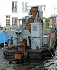Eimerkettenbagger Alster, erbaut 1947 - Länge 14,30 m, Breite 4,30m. Die 25 Eimer haben jeweils ein Fassungsvermögen von 45 l.