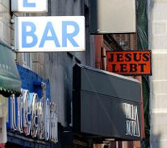 St. Pauli bei Tag - Schilder BAR / JESUS LEBT.