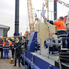 Vorbereitung zur Schiffstaufe des Seilgreifbaggers MODI - Taufpatin Claudia Martensen.