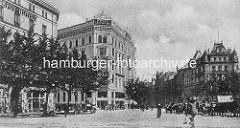 Historisches Hamburgbild - Blick vom Steintorplatz Richtung Steindamm in Hamburg St. Georg; re. das Hotel Bristol - in der Bildmitte das Hotel Graf Moltke und lks. das Savoy Hotel. Pferdedroschken warten auf Fahrgäste.