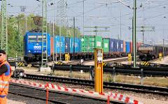 Containerzug mit Lok, Containerbahnhof Alte Süderelbe in Hamburg Moorburg.
