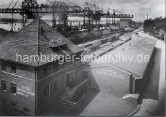 Güterabfertigung an der Grossen Elbstrasse - Eisenbahnwaggons auf den Bahngleisen. Krananlagen am Altonaer Kai - im Hintergrund der Altonaer Kaispeicher in Neumühlen.