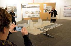 Präsentation beim Architekturwettbewerb zur Bebauung vom Strandkai in der Hafencity Hamburgs - im Vordergrund ein Modell der Bebauung; ca. 500 hochwertige Genossenschafts-, Miet- und Eigentumswohnungen sowie Gewerbe, Kulturnutzungen, Gastronomie und
