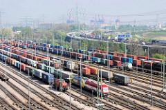 Containerbahnhof / Güterbahnhof der Hamburger Hafenbahn in Hamburg Altenwerder. Im Hintergrund Autoverkehr, LKW auf der Autobahn A 7.