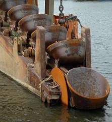 Stahleimer der Endloskette des Kettenbaggers Heimdall im Hafen Harburgs - Arbeitsschiff der Hamburg Port Authority HPA.