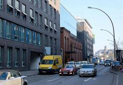 Neubau, Verwaltungsgebäude + Hotel in der Simon von Utrechtstrasse in HH - Sankt Pauli; schnell fahrende Autos - in der Mitte eingebaute Reste der ehem. Maschinenfabrik.