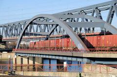 Containerzug auf der Brücke über den Oberhafenkanal / Billehafen in Hamburg Rothenburgsort.