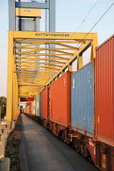 Containerzug auf der Kattwykbrücke in Hamburg Altenwerder.
