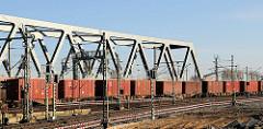 Güterzug mit Containern beladen - Güterumgehungsbahn in Hamburg Oberhafen.