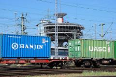 Güterzug mit Containern / Containerwagen auf dem Containerbahnof Alte Süderelbe der Hamburger Hafenbahn - im Hintergrund das Stellwerk / Dispozentrale.