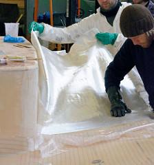 Aufbringen des Glasfasergewebes auf die mit Epoxidharz eingestrichene Decksoberfläche.