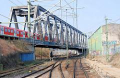 Strecke Hamburger Güterumgehungsbahn in Hamburg Rothenburgsort; S-Bahn auf der Brücke.