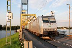 E-Lok 185 548-5 der ITL auf der Kattwykbrücke in Fahrt Richtung Hamburg Altenwerder.
