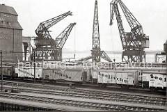 Demontage des Schwerlastkrans am Altonaer Hafenkai - der Doppellenker-Wippkran hat eine Tragfähigkeit von 40 Tonnen. Zwei Schwimmkräne tragen die Ausleger des Krans - lks. das Getreidesilo der Fa. H. Paulsen KG und Eisenbahnwaggons.