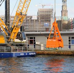 Heck des 35m Langen Seilgreifbaggers MODI im Hamburger Hafen.