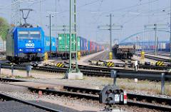 Lokomotive der LTH Transportlogistik 185 522-0, Containerwaggons.