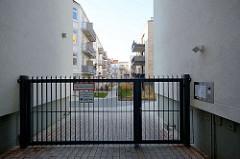 Hinterhofbebauung in der Talstrasse von Hamburg Sankt Pauli - Eingang mit Metalltür abgesperrt.