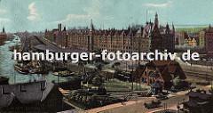 Panorama vom Sandtorhafen und der Speicherstadt Hamburg - die Lagerschuppen liegen direkt am Sandtorkai und schützen mit ihren breiten Dächern die Ware die auf die Schiffe am Kai verladen werden. Im Vordergrund transportieren Pferd und Wagen Ware