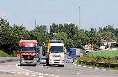 Lastwagenverkehr auf der Autobahn A 1 in Hamburg Wilhelmsburg - im Hintergrund die Raststätte Stillhorn.