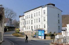 Mehrstöckiges Wohnhaus + Bushaltestelle; Bergstrasse in Sassnitz, Insel Rügen.