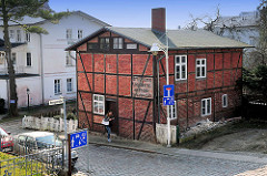 Altes Fachwerkgebäude an der Marktstrasse von Sassnitz, Insel Rügen; historische Aufschrift Brüdgams Konditorei am Strande Spezialgeschäft.