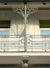 Balkon einer Bädervilla im Ostseebad Binz - Jugendstildekor am Balkongeländer und Stützpfeiler.