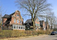 Einzelhäuser / Villen im Heimatstil - im Hintergrund der Kirchturm der Flottbeker Kirche im Bezirk Hamburg Altona.
