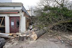 Der Abriss vom alten Eppendorfer Brauhaus, ehem. Restaurant Tre Castagne hat begonnen - die Kastanien vor dem Haus wurden gefällt.