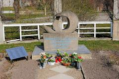 Denkmal für die auf See verbliebenen Hochseefischer an der Strandpromenade der Hafenstadt Sassnitz auf der Insel Rügen. Betonplastik 1958 - Bildhauer Wolfgang Eckardt.