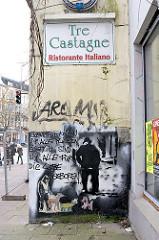 Schild TRE CASTAGNE - RISTORANTE ITALIANO, Graffiti an der Hauswand - Eppendorfer Landstrasse; Hamburg Eppendorf.