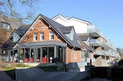 Alt + Neu; historisches Wohnhaus, Eingang zur Seniorenresidenz Buchholz, Neubau mit Balkons im Hintergrund; Hamburger Strasse.