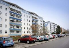 Parkplätze, parkende Autos - sanierter Wohnblock, Wohnhäuser in Binz / Ostsee.