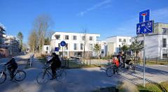 Neubau - Wohnhäuser, Kinderspielplatz auf dem Gelände vom Krankenhaus Ochsenzoll /  Asklepios Klinik Nord-Ochsenzoll in Hamburg Langenhorn. Schild / Verkehrsschild Wohnstrasse, Spielstrasse.