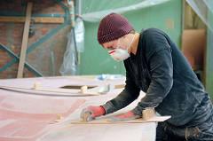 Handschliff des mit Epoxidspachtel gespachtelten Bootdeck vom Daysailor Lütje 35.