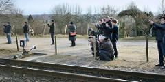 Fotografen warten auf dem Bahnsteig im Bahnhof Binz auf das Einfahren der neu restaurierten Dampflokomotive 99 4652.